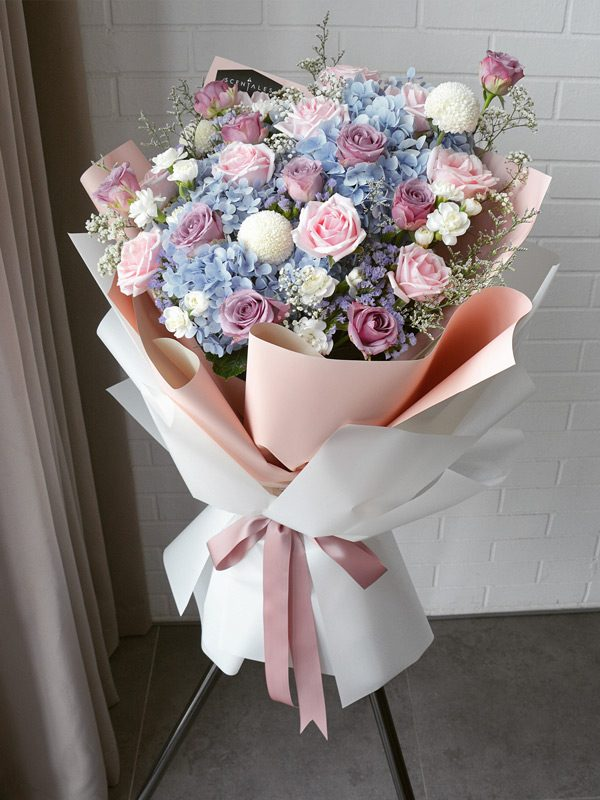 blue-hydrangea-pink-purple-rose-opening-flower-stand
